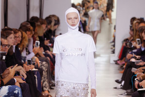 """Hainele, ca o carte deschisă. Pe podiumurile prezentărilor de modă """"defilează"""" tricouri, hanorace şi rochii care transmit tot felul de mesaje"""