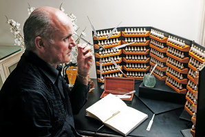 """Cel mai influent parfumier al acestui secol, Roja Dove, vorbeşte despre procesul creativ din spatele esenţelor pe care le semnează: """"Să faci un parfum e ca şi cum ai scrie o carte"""""""