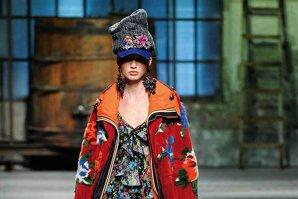 Favorita modei: Există puţine piese vestimentare care să fi suscitat o fascinaţie mai mare ca haina de blană, văzută atât ca un fashion statement, cât şi ca un indicator al statutului social
