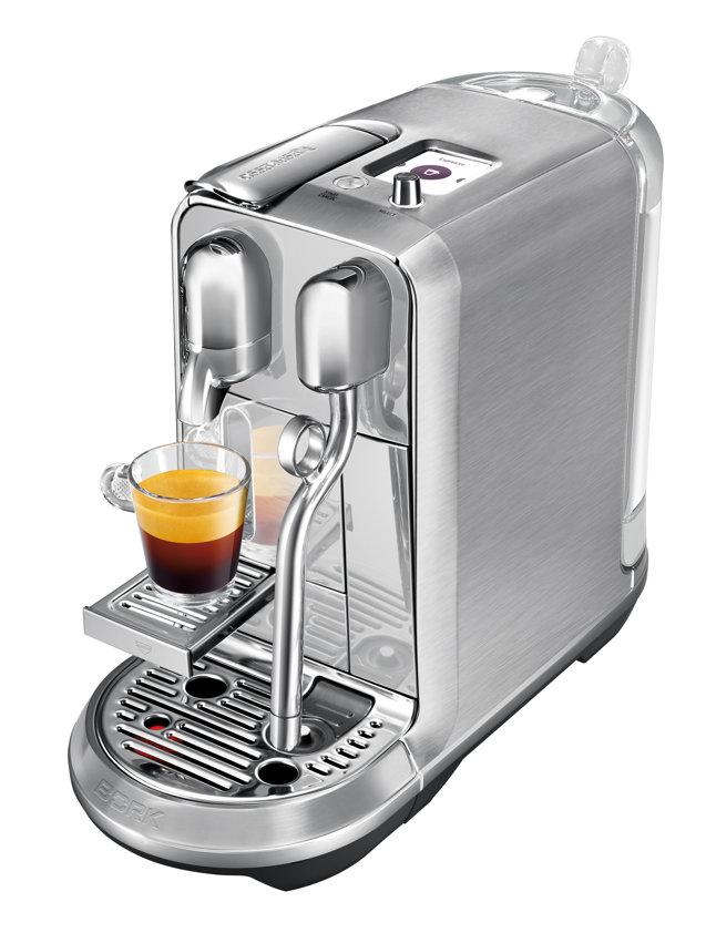 Aparat cafea Creatista Plus, 2.245 de lei, magazine Nespresso. Destinat pasionaţilor de cafea îndrăgostiţi de reţetele realizate cu lapte proaspăt, espressorul ultraperformant Creatista Plus vă permite să creaţi acasă Latte Art autentic. Datorită tehnologiei de vârf folosită pentru spumarea laptelui, vă veţi bucura de reţete de cafea cu lapte spectaculoase, aidoma celor preparate în cele mai bune cafenele din oraş.