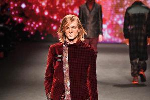 Tonurile de vişiniu, rubiniu sau roşu sângeriu şi-au făcut loc pe podiumurile de modă. De această dată, în moda masculină