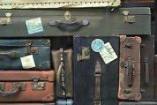 Care este viitorul bagajelor: O geantă clasică de piele cusută manual sau un geamantan care se cântăreşte singur şi ştie să ajungă acasă dacă se pierde?