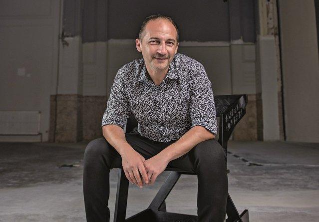Andrei Uleia este arhitect şi a gândit un spaţiu neconvenţional de lucru în Palatul Universul. Mai exact, cu elemente de mobilier modulare, dar şi cu tot felul de trucuri tehnologice, spaţiul poate deveni birou, sală de conferinţe, loc pentru expoziţii sau prezentări de modă