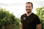 """Din vorbă-n vorbă cu Miron Radic, CEO al cramei Liliac despre vin, plăceri vinovate şi locuri ascunse de ochii lumii. """"Destinaţia de vacanţă pe care aş recomanda-o este Toscana. Acolo găseşti vinuri, cultură, mare. Totul este în Toscana"""""""