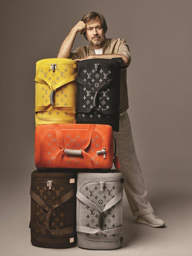 Louis Vuitton a reinventat cufărul de călătorie care a consacrat brandul pentru a-l adapta zilelor noastre. Folosind tehnologia, greutatea bagajului a fost redusă la minim, pe când spaţiul din interiorul valizei a fost maximizat. GALERIE FOTO