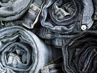 Ghiciţi piesa vestimentară: Au fost uniformă pentru mineri, au devenit un simbol rebeliunii în faţa trendurilor, fiind purtaţi de starurile rock şi de vedetele de la Hollywood, iar acum sunt obiect de cult
