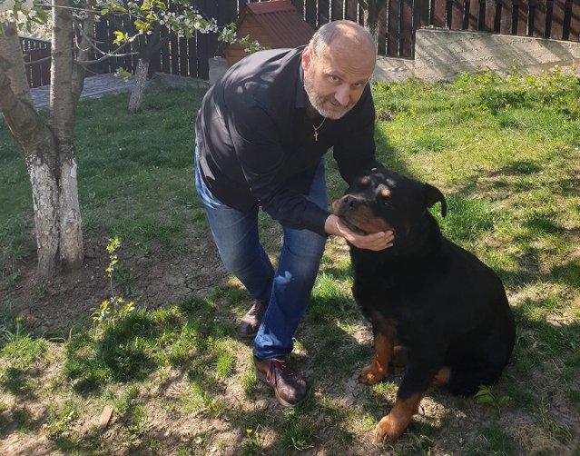 """Executivii şi prietenii lor cei mai buni: Mircea Turdean, director general al Farmec Cluj, îl are pe rotweillerul Rex. """"Rotweiller este o rasă inteligentă, puternică, de pază, dar şi de companie, şi am ştiut că este rasa care mi se potriveşte cel mai bine"""""""
