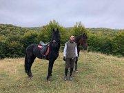 Executivii şi prietenii lor cei mai buni: Horaţiu Vasilescu, CEO-ul lanţului de bijuterii Teilor, a crescut înconjurat de cai şi acum vrea să lase moştenire fiului său atât dragostea pentru aceste animale, cât şi pe Tolea şi Zotic, cei doi armăsari ai familiei