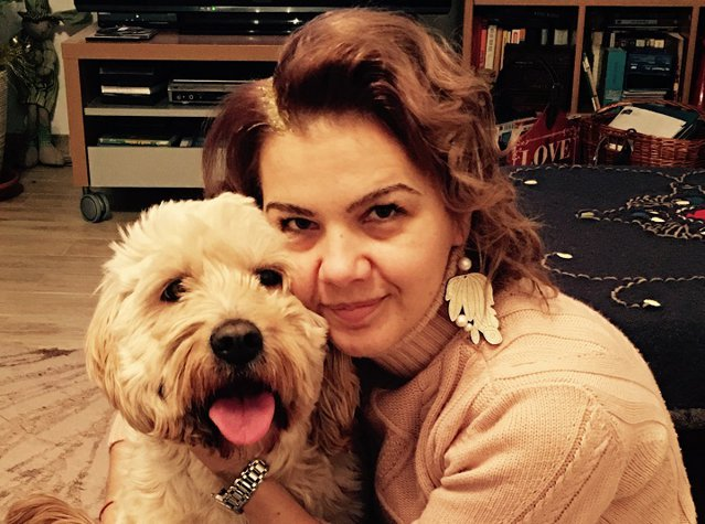 """Executivii şi prietenii lor cei mai buni: Sonia Năstase, executivul care conduce activitatea locală a Nespresso, este şi fericita """"mamă"""" a două animale de companie, ambele adoptate, Figaro şi Bella. """"Un căţel sau o pisică sunt prieteni de nădejde pe viaţă, garantat!"""""""