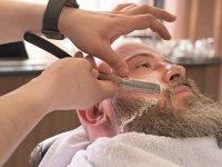 """Cum a schimbat pandemia ritualul îngrijirii bărbaţilor: Ce tip de barbă şi ce model de tunsoare se potrivesc cu masca de protecţie? """"Dacă ne uităm la obiceiurile de îngrijire ale domnilor, preferinţele lor s-au adaptat la noile rutine din această perioadă"""""""