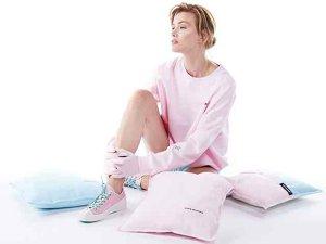"""""""Regele"""" nelegitim al modei: Una dintre cele mai controversate piese vestimentare, ce naşte sentimente puternice, dar contradictorii, a revenit în prim-plan în contextul pandemiei. Până şi Anna Wintour, redactorul-şef al Vogue SUA îl poată"""