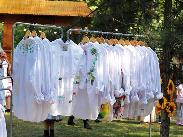 Cum poţi să ai o cămaşă ca nicio alta în lume? O serie de antreprenoare au regândit cămaşa albă, o piesă cheie în garderoba doamnelor şi a domnilor deopotrivă, pentru a o adapta vremurilor actuale şi gusturilor consumatorilor