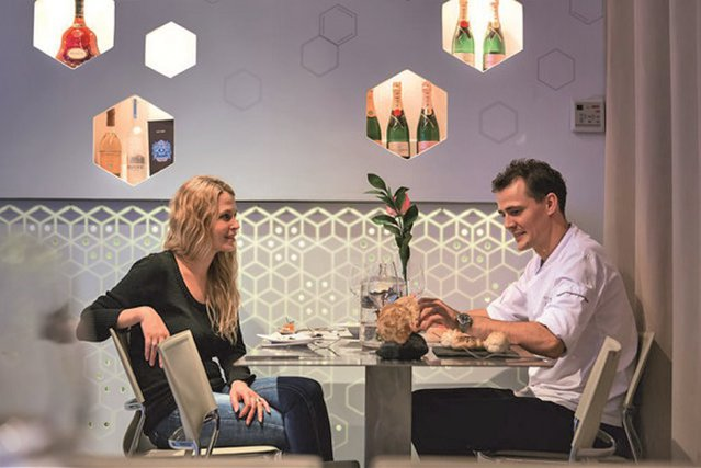"""Multiculturalism în familie. După Afaceri Premium a luat la întrebări trei familii """"multinaţionale"""" din business. Astăzi, familia Oppenkamp, care deţine restaurantul The Artist din Bucureşti: Am reuşit să înţeleg şi să accept stilul lui de viaţă după ce am citit cărţile lui Anthony Bourdain"""