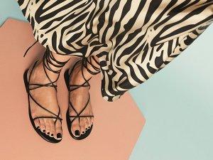 Moda în şi post pandemie: O să mai purtăm tocuri sau o să ne încălţăm doar cu ce e confortabil şi scoatem din dulap până şi crocşii, consideraţi de mulţi cei mai urâţi pantofi din lume?