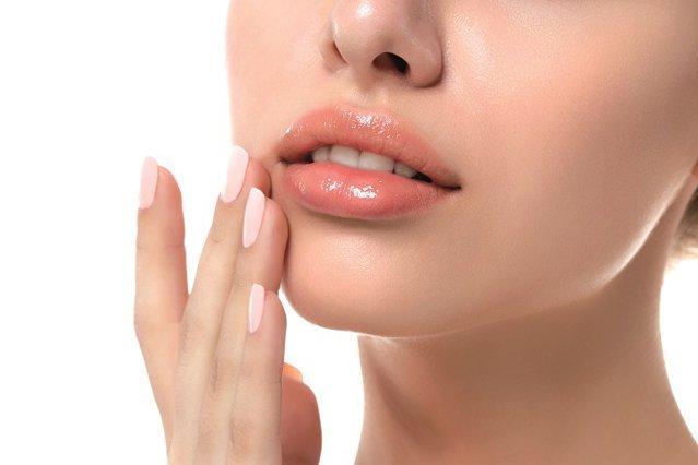 Ascunse sub masca de protecţie, buzele au avut şi ele de suferit la fel de mult ca mâinile sub impactul dezinfectanţilor de tot felul. Cum alegem cel mai bun balsam de buze, când paleta e atât de vastă?
