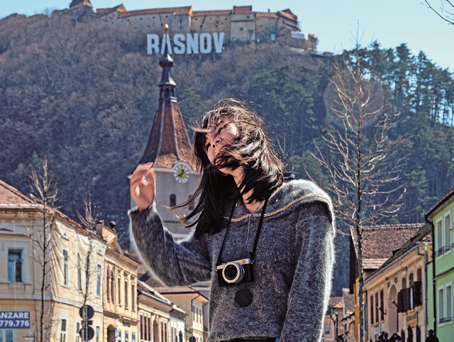 Cristina Roşca, editor-şef După Afaceri Premium: Relaţia purtătorilor cu moda a devenit o replică fidelă a relaţiilor interumane. Totul este pasager şi fără sentimente. Iar dacă, poate, oamenii au învăţat să nu mai sufere din cauza asta, ei bine hainele şi planeta cu siguranţă o fac