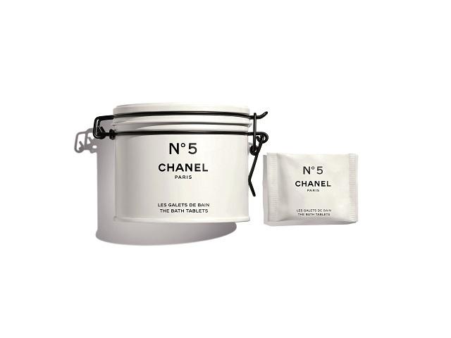 Cum a reuşit Chanel să transforme 17 obiecte obişnuite precum o biuretă sau o cutie de vopsea în veşminte pentru cosmetice de lux?
