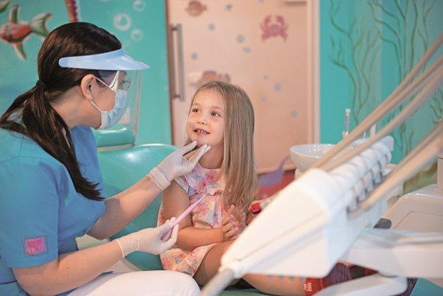 De la ce vârstă trebuie copiii să meargă la dentist? Şi cum faci să depăşească teama de stomatolog?