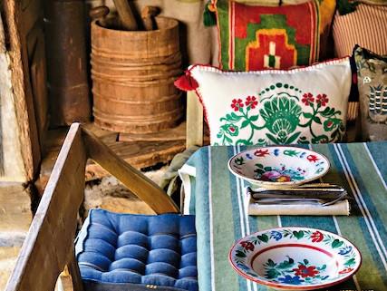 Doi antreprenori români trimit tapet, tapiserii,...