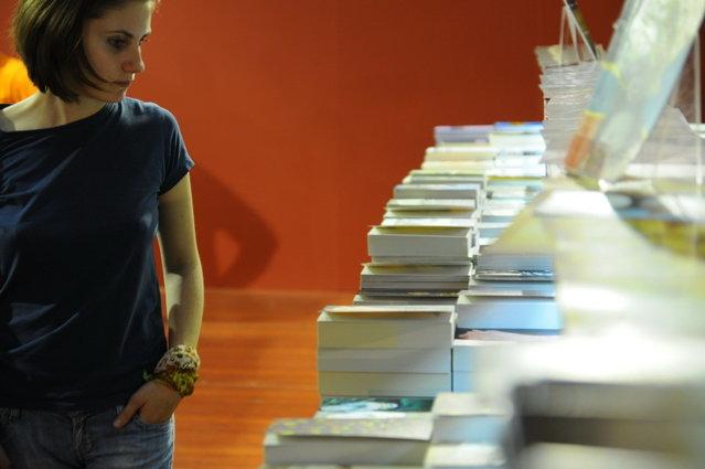 Mai mult de o treime dintre români nu cumpără cărţi