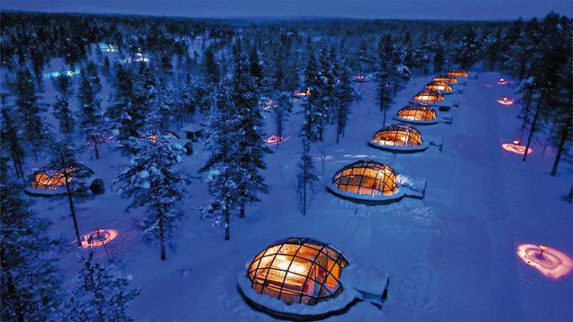 În Kakslauttaner, satul igloo-urilor, poţi privi prin tavanul de sticlă aurora boreală sau poţi încerca să numeri stelele de la căldura camerei proprii când afară termometrul arată multe grade sub zero.