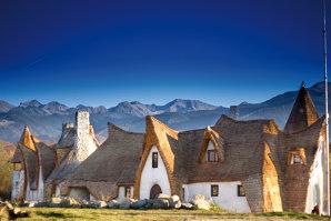 Şi-au vândut casa din Bucureşti şi au investit banii într-un resort ca din basme: Care este povestea Castelului Valea Zânelor, locul din Sibiu transformat într-o senzaţie internaţională. Galerie Foto