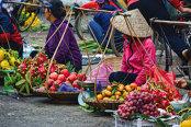 Vietnam este o ţară a contrastelor, prinsă în continuare în trecut, deşi totodată galopează spre viitor