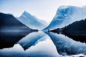 Imaginaţi-vă un aer extrem de curat, la fel de curat ca înainte de Revoluţia Industrială. Mai imaginaţi-vă zeci şi sute de fiorduri cu apă limpede ca de cristal, păduri infinite şi peisaje montane ce îţi taie respiraţia. Unde? Acolo unde se agaţă Europa în cui