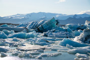 Reportaj din una dintre cele mai hot destinaţii ale momentului, Islanda. Antiteze în ţara de gheaţă şi foc. O ţară unde numărul oilor este cu mult mai mare decât cel al oamenilor. Şi unde Dacia este de departe cel mai popular brand auto