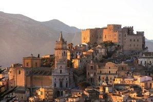 REPORTAJ: Cu străduţe nu mai late de o maşină, cu sate parcă adormite sub toropeala delicată a soarelui de decembrie şi cu o bucătărie ruptă din rai, Sicilia adună ce are Italia mai bun