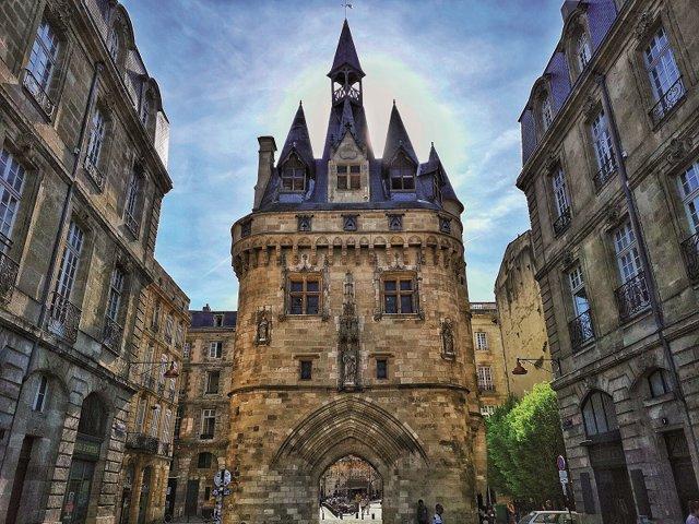 GALERIE FOTO: În Bordeaux ajungi invariabil datorită vinului, dar te îndrăgosteşti datorită arhitecturii boeme, tipic franţuzeşti şi datorită unei energii pe care n-am simţit-o niciunde altundeva