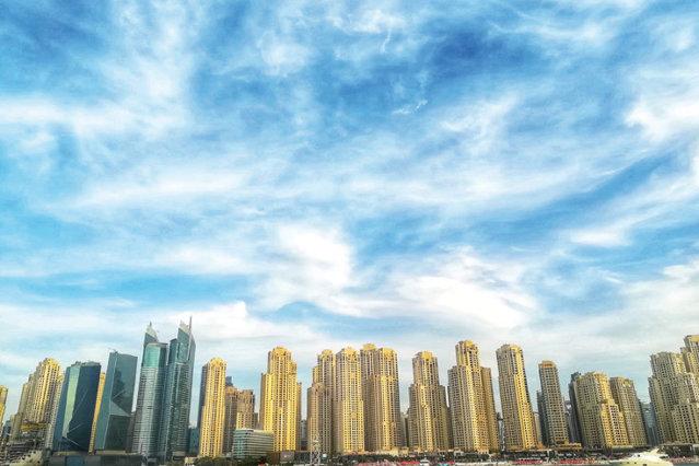 Din deşert în mare, apoi în vârful celei mai înalte clădiri din lume. De pe străduţele pietruite, în târguri pline de arome şi culori. Aşa te poartă Dubaiul, într-o cursă nesfârşită de experienţe