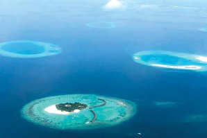 Reportaj DA Premium: Cum se vede paradisul numit Maldive de pe balconul unei case pe apă? Marea e mai cristalină ca oriunde în lume, iar rechinii şi pisicile de mare înoată la mal. GALERIE FOTO