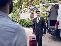 Epitomul luxului: Compania aeriană Emirates trimite un angajat acasă la pasageri pentru a le face check-in-ul şi a le transporta bagajele la aeroport