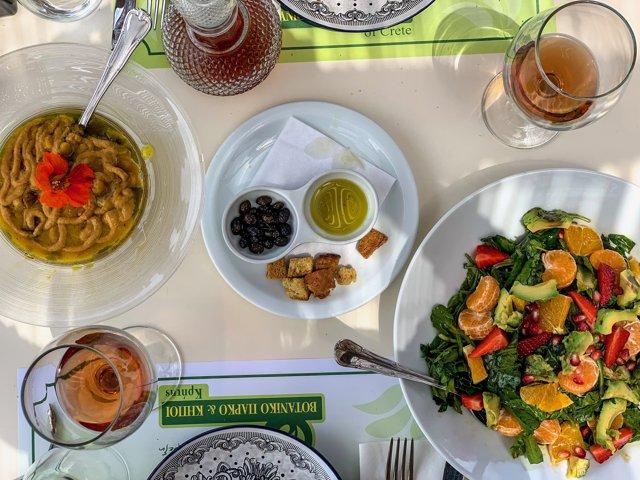 Care sunt cele cinci secrete ale longevităţii grecilor din Creta? Indiciu: implică vin roşu şi ulei de măsline
