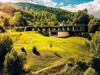 Nu departe de Bucureşti, însă totuşi în inima naturii, patru antreprenori au creionat un loc menit să aducă laolaltă o pensiune butic şi un restaurant de fine dining. Iar, printre păduri «nedomesticite» şi păşuni alpine, experienţa se poate completa cu drumeţii sau ture cu caiacul. GALERIE FOTO