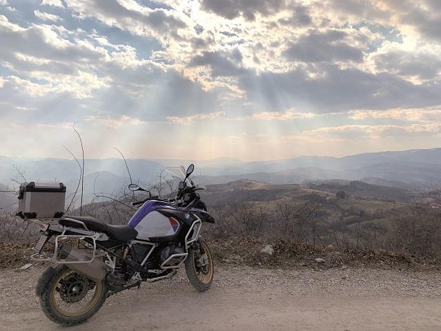 """E aproape weekend, aşa că am vrut să vedem cum arată sfârşitul de spătămână perfect pentru Răzvan Cuc, preşedintele RE/MAX România. """"În sezonul cald, ies cu motocicleta în weekend şi bat drumurile secundare din Transilvania în ture de câte 2-3 zile"""""""