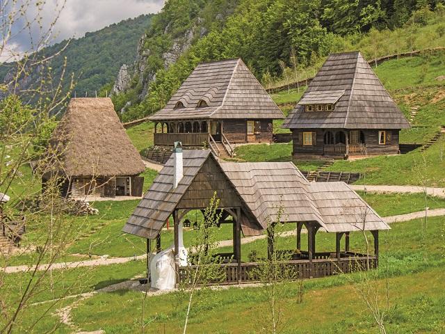 """O serie de foşti corporatişti şi bancheri şi-au lăsat joburile şi viaţa din Bucureşti şi s-au mutat la ţară unde şi-au deschis businessuri în turism. Cum arată viaţa lor acum? """"Nu există o lipsă de calitate a vieţii aici"""""""