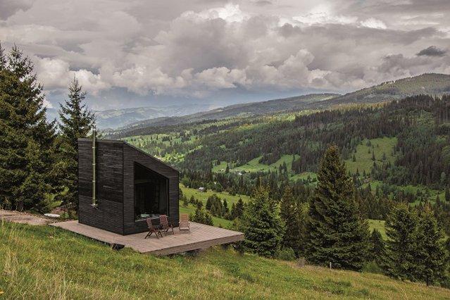 Un grup de antreprenori dezvoltă în vârf de munte - la 1.200 de metri altitudine - un sat eclectic unde vizitatorii se pot bucura de facilităţile lumii în care trăim. Cum arată proiectul? GALERIE FOTO