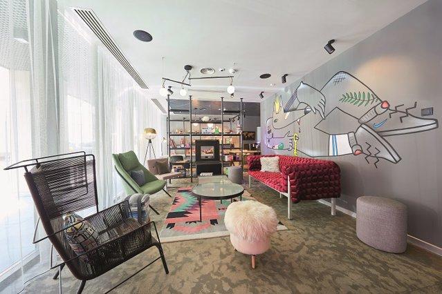 Cum arată primul hotel din Bucureşti gândit pentru millennials şi cum a devenit o destinaţie de travel în sine: Nu ai doar o cameră, ai un loc de joacă. Galerie Foto