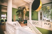 O economistă româncă ce a trăit mai mulţi ani la Londra a deschis alături de mama şi sora sa un hotel butic de lux pe o insulă din Grecia. Hotelul este cotat de revistele de specialitate printre cele mai frumoase inaugurări din 2020. GALERIE FOTO