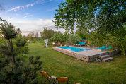 La doar 30 de kilometri de Bucureşti, se află pensiunea Rural, o casă tradiţională, dar adaptată zilelor noastre, cu livadă, piscină şi câteva spaţii de relaxare. De toate sunt responsabili Diana şi Alex Sicoe, doi antreprenori stabiliţi fizic în Bucureşti, dar spiritual la Sitaru