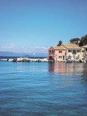 Cum arată cele mai mici două insule greceşti din Marea Ionică, atât de mici încât aproape nici nu le vezi pe hartă, dar unde apa e ca în Caraibe, satele sunt autentice, iar locuitorii de pus pe rană. Cei mai mulţi nici n-au auzit de aceste insule. GALERIE FOTO