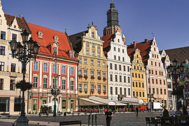 Aţi vizitat Paris, Roma sau Londra şi vreţi o nouă destinaţie de city break? Aşezat la distanţe aproape egale de Berlin, Praga şi Varşovia, se află un oraş ce a renăscut din propria cenuşă după cel de-al Doilea Război Mondial, găzduieşte 800 de piciti şi e mai colorat ca o pungă de Skittles. GALERIE FOTO