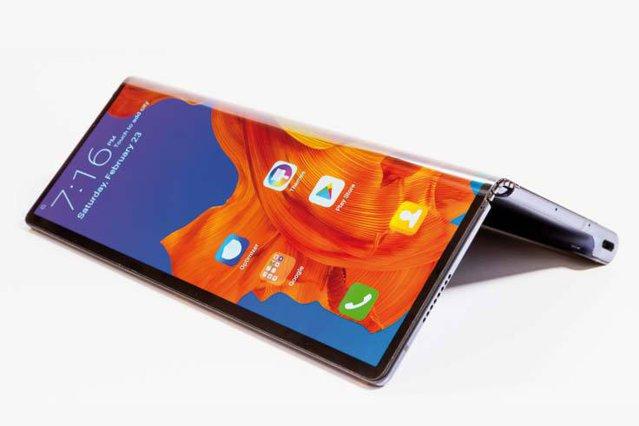 O revoluţie aşteptată în industria smartphone-urilor: ecranele pliabile sunt gata să cucerească publicul. Industria de gadgeturi se blocase - telefoanele deveniseră banale, obişnuite, comune