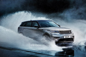 La aproape jumătate de secol de când prima generaţie a Range Rover apărea pe stradă sub pseudonimul Velar, britanicii vor din nou să surprindă o industrie auto tot mai competitivă. Cum arată cel mai nou model de Range Rover, unde adevărat cameleon pe patru roţi