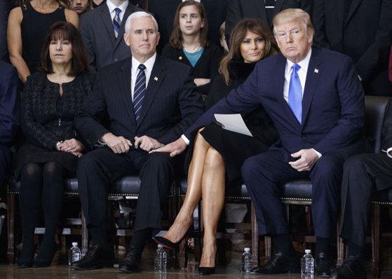 Imaginea articolului Familia tradiţională în SUA. Melania Trump a recunoscut că îi CONFISCĂ telefonul preşedintelui. Motivul amuzant pentru care o face
