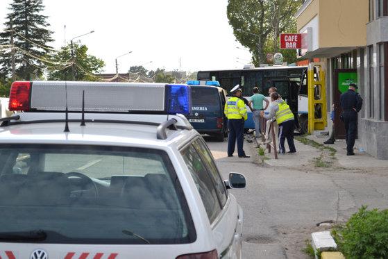 Imaginea articolului Şoferul microbuzului din care a căzut o fetiţă de 12 ani şi a murit nu a asigurat un lucru elementar