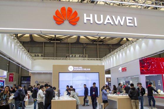 """Imaginea articolului Huawei, împinsă în afara pieţei din SUA. Donald Trump continuă să se opună unei colaborări, din """"motive de securitate naţională"""""""