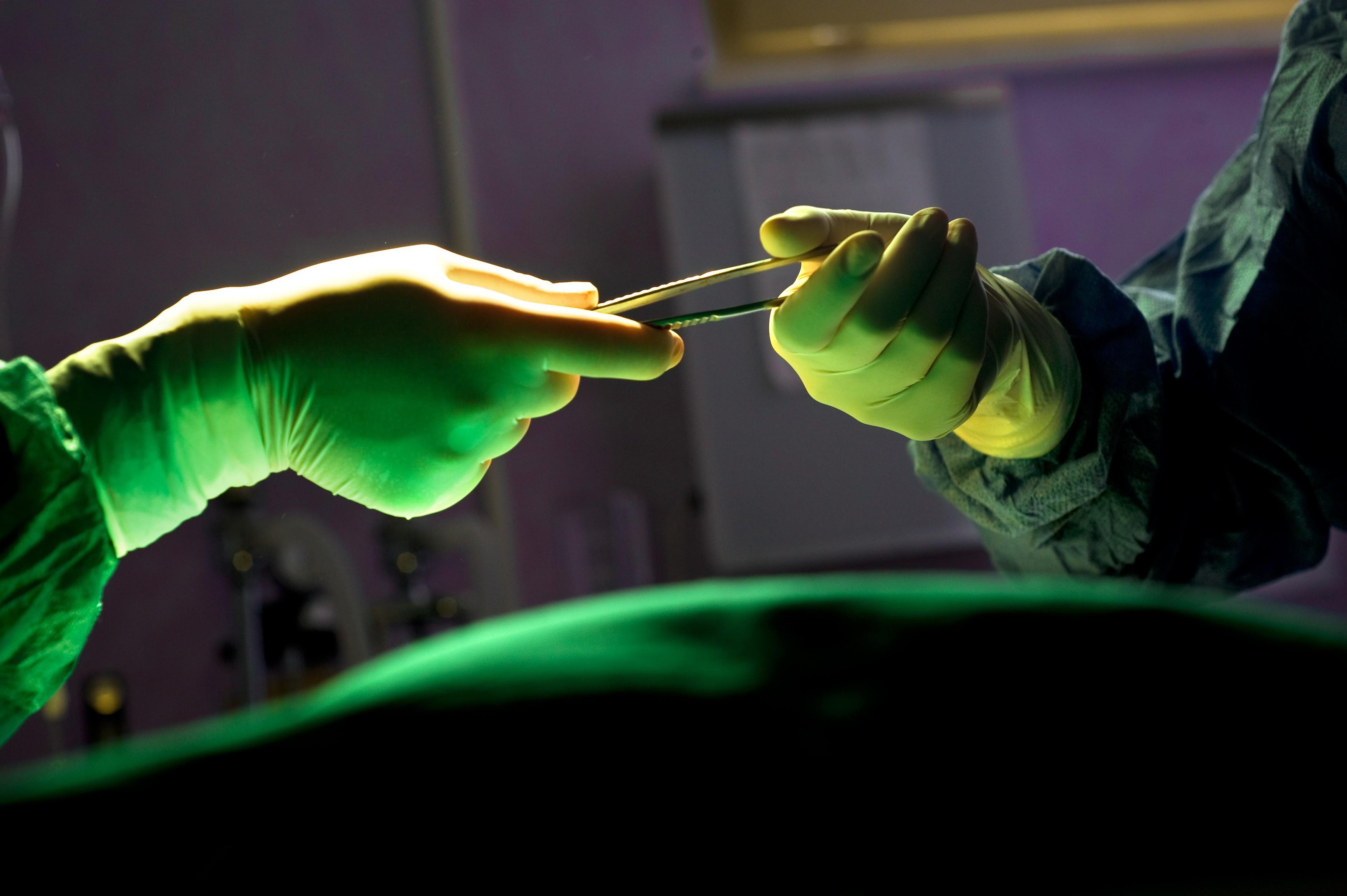 Premieră medicală mondială. Tumoare de 20 centimetri, îndepărtată printr-o operaţie fără incizii, într-un spital din Milano